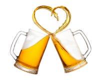 Tazas de cerveza con el chapoteo Fotografía de archivo libre de regalías