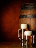 Tazas de cerveza en la tabla de madera imagen de archivo libre de regalías