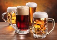 Tazas de cerveza frescas. imagenes de archivo