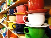 Tazas de Coffe en estante de una tienda Fotos de archivo