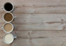 4 tazas de coffe en un fondo de madera con el espacio de la copia Fotos de archivo