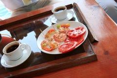 Tazas de coffe y de camarones asados a la parilla Fotos de archivo