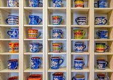 Tazas de consumición tradicionalmente adornadas de la terracota portuguesa, Portugal foto de archivo libre de regalías