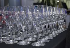 Tazas de cristal colocadas en una tabla fotografía de archivo