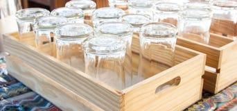 tazas de cristal vacías en la tabla Imagen de archivo