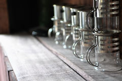Tazas de encargo únicas en estante de madera Imagen de archivo libre de regalías
