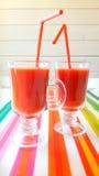 2 tazas de jugos de tomate en la tabla Imagen de archivo