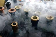 Tazas de la cachimba con humo imagenes de archivo
