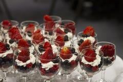 Tazas de la fruta para el brunch abastecido Foto de archivo libre de regalías