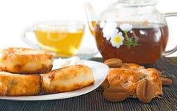 Tazas de la imagen de té y de galletas en el primer de la tabla Fotos de archivo libres de regalías
