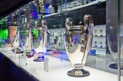 Tazas de la liga de los campeones en el museo del FC Barcelona Fotos de archivo