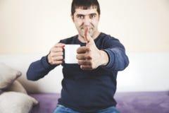 Tazas de la mano del hombre y muestra de la autorización foto de archivo