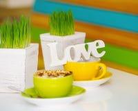 Tazas de la muestra y de café del amor Imagen de archivo libre de regalías