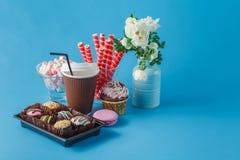 Tazas de latte y de torta del café Fotografía de archivo libre de regalías