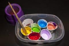 Tazas de los colores de la pintura del artista brillante Imagen de archivo