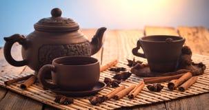 Tazas de madera de la arcilla del té negro de la tabla del té negro fotografía de archivo