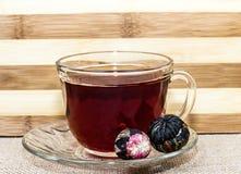 Té exótico en medio de las tazas de té Imagen de archivo