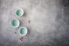Tazas de té chinas en un fondo gris Fotos de archivo