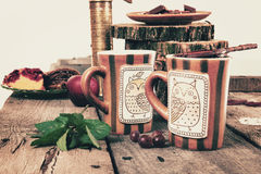 Tazas de té con el tamiz de madera en la tabla retra vieja Foto de archivo libre de regalías
