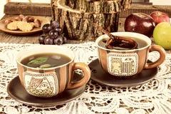 Tazas de té con el tamiz de madera en lechería Fotos de archivo libres de regalías