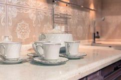 Tazas de té con una tetera Fotos de archivo libres de regalías