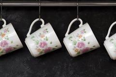 Tazas de té en la pared de la cocina Foto de archivo libre de regalías