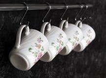 Tazas de té en la pared de la cocina Imágenes de archivo libres de regalías