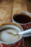 Tazas de té en la tabla de madera Foto de archivo