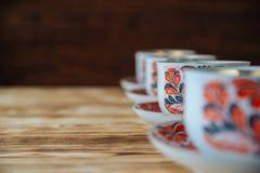 Tazas de té en la tabla de madera Imagen de archivo