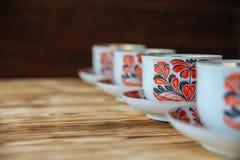Tazas de té en la tabla de madera Foto de archivo libre de regalías
