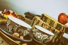 Tazas de té en la tabla de madera del viejo vintage Foto de archivo libre de regalías