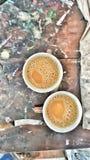 Tazas de té en la tabla de los pintores Fotos de archivo libres de regalías