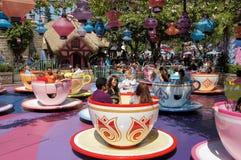 Tazas de té enojadas del sombrerero Disneylandya Fotos de archivo libres de regalías