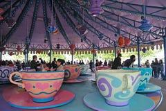 Tazas de té enojadas del sombrerero en Hong-Kong Disney Imagen de archivo