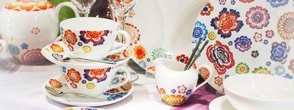 Tazas de té hechas de cierre de la porcelana para arriba, horizontalmente Fotografía de archivo