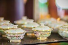 Tazas de té hechas a mano de la porcelana del estilo tailandés del vintage fijadas Sistema de cerámica cinco-coloreado tailandés  Foto de archivo libre de regalías