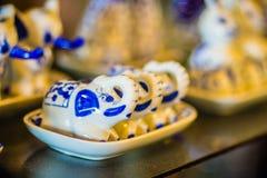 Tazas de té hechas a mano de la porcelana del estilo tailandés del vintage fijadas Sistema de cerámica cinco-coloreado tailandés  Foto de archivo