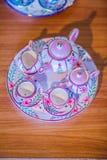 Tazas de té hechas a mano de la porcelana del estilo tailandés del vintage fijadas Sistema de cerámica cinco-coloreado tailandés  Imágenes de archivo libres de regalías