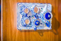 Tazas de té hechas a mano de la porcelana del estilo tailandés del vintage fijadas Sistema de cerámica cinco-coloreado tailandés  Imagen de archivo
