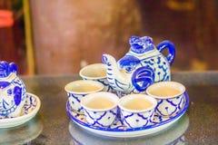 Tazas de té hechas a mano de la porcelana del estilo tailandés del vintage fijadas Sistema de cerámica cinco-coloreado tailandés  Fotografía de archivo libre de regalías