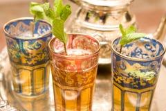 Tazas de té marroquíes en la placa de plata Fotos de archivo libres de regalías