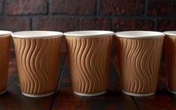 Tazas de té para llevar de papel marrones disponibles del café foto de archivo