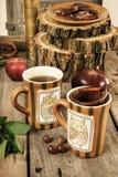 Tazas de té viejas con el tamiz en la tabla de cocina retra del vintage Imagenes de archivo