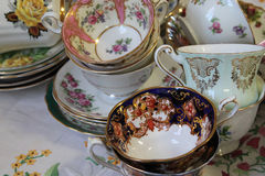 Tazas de té y platillos antiguos Fotos de archivo libres de regalías