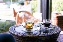 Tazas de té y tazas de café en la tabla Foto de archivo
