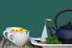 Tazas de té y tetera Fotografía de archivo