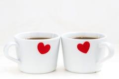 Tazas del café con leche con los corazones rojos, primer Imagen de archivo
