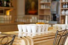 Tazas del café con leche en la tabla de la barra de un café Foto de archivo
