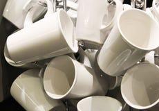 Tazas del café con leche para el servicio del café Fotos de archivo