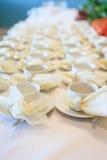 Tazas del café con leche que esperan el servicio Fotografía de archivo